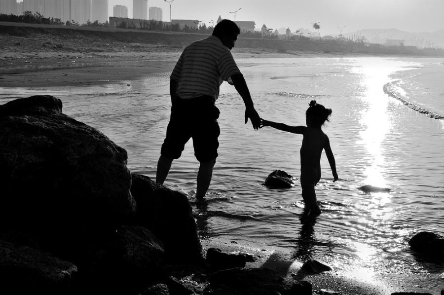 父女牵手背影图片唯美