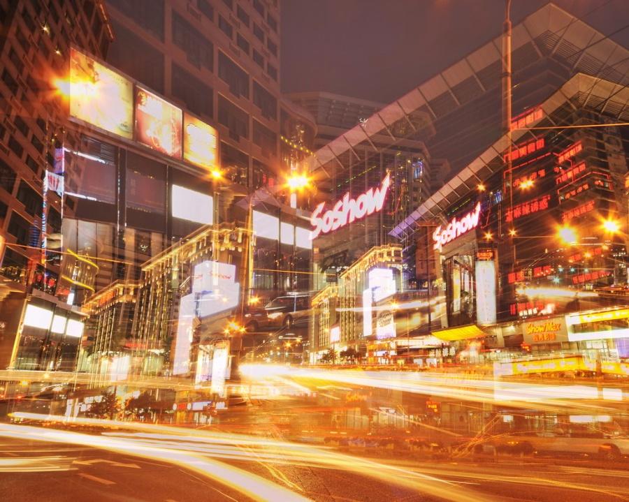 北京的朋友告诉我说王府井和天桥比较好玩``还可以看