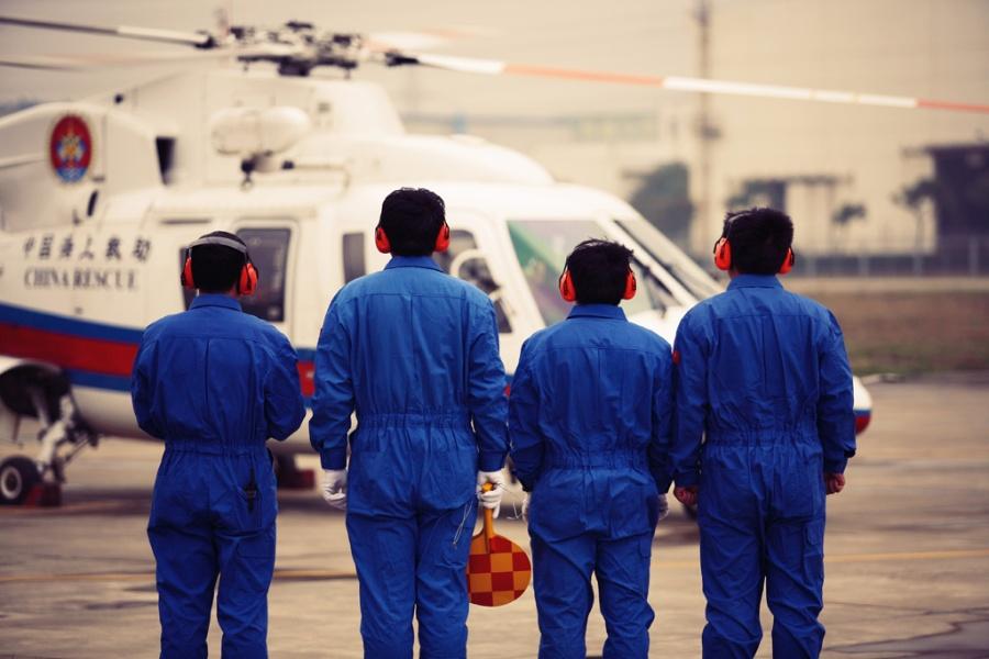 机组人员 地勤机组人员正在列队迎接飞机入库