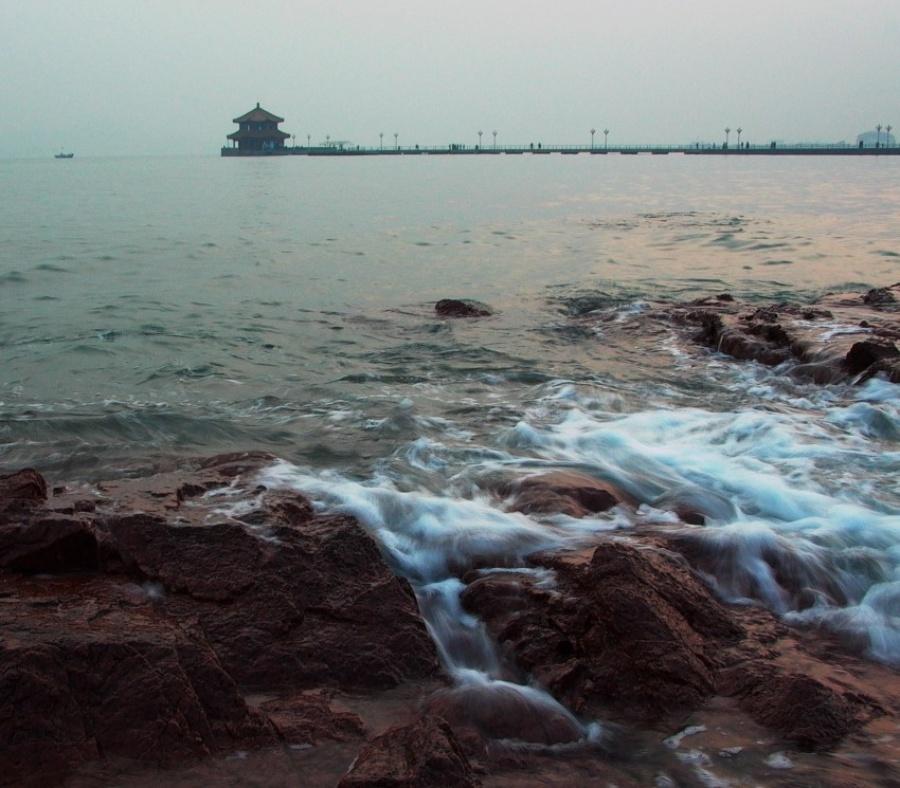 公园与沙滩礁石浑然一体,青岛栈桥海岛旅游