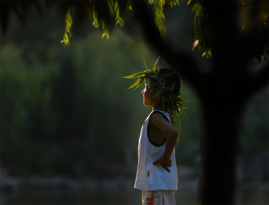 〔影子背后作品〕大树下的男孩—大众摄影网