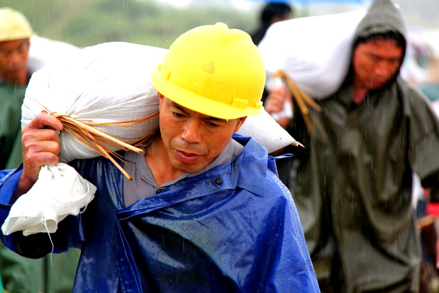 〔刘浩军作品〕雨中搬运工—大众摄影网