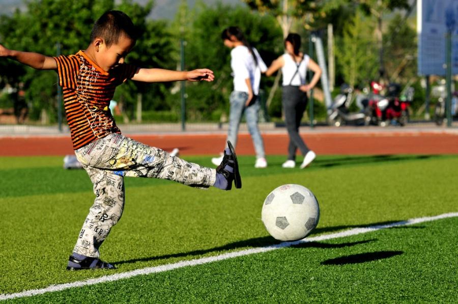 卡通足球运动员矢量图__儿童幼儿_人物图库_矢量图