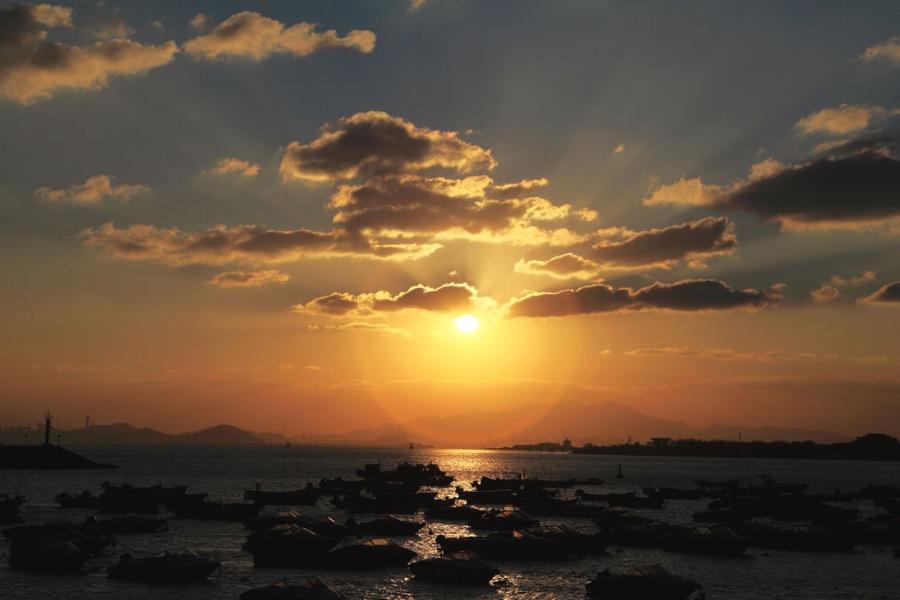 青岛前海初冬的一抹夕阳