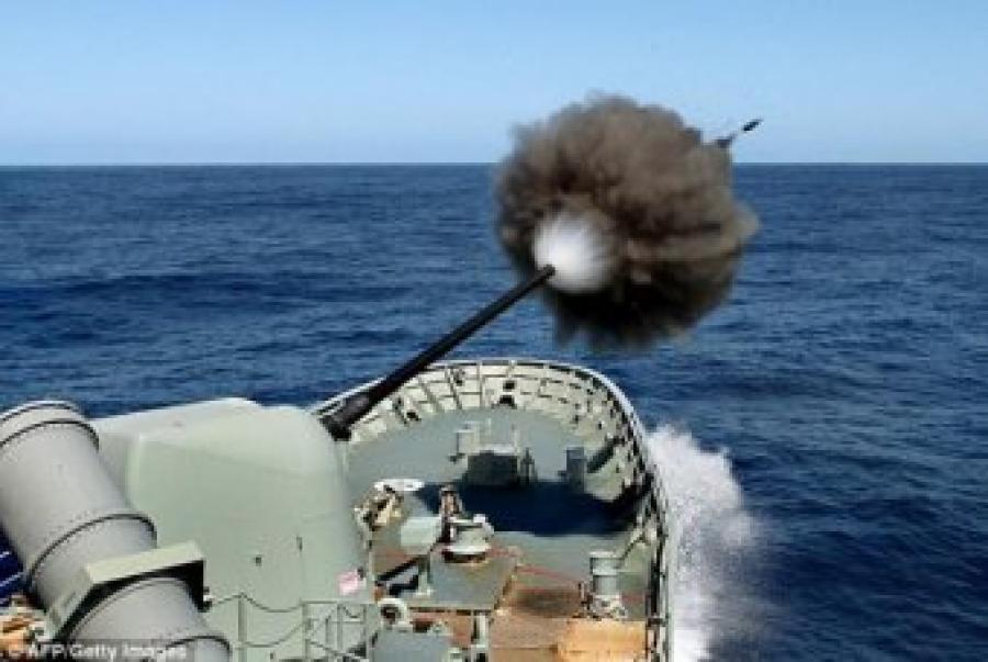 摄影师捕捉到战舰炮弹高速射出的精彩瞬间