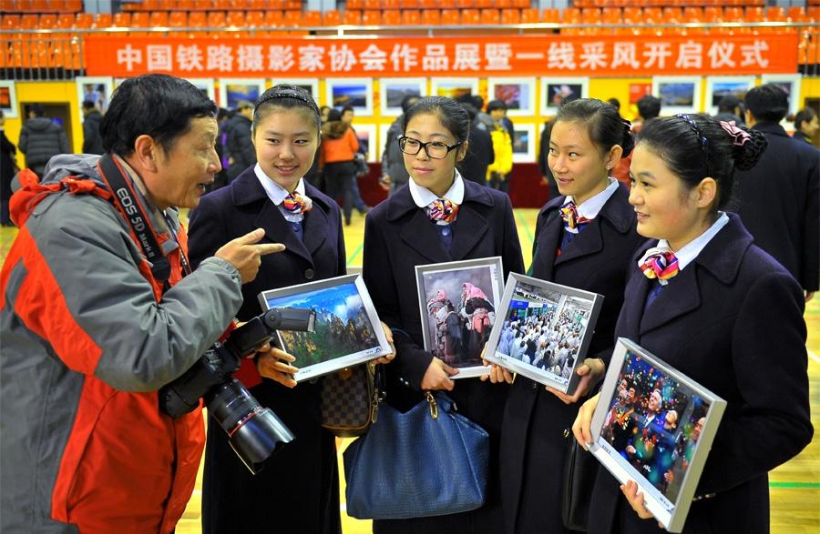 中国铁路摄影家作品展暨作品赠送活动在青岛举办